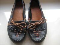 CLARKS LEATHER LOAFER / MOCCASIN SHOES - SIZE 8 - AS NEW