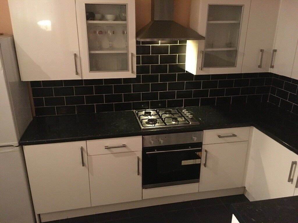 Lovely double bedroom/bedsit/room close to London tube station available now