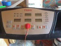 Running machine with automatic incline