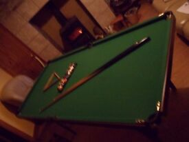 KIDS POOL/SNOOKER TABLE FOR SALE COMPLETE WITH BALLS TRIANGLE I LARGE CUE AND 1 SMALL