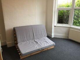 Southwoodford Studio Flat close to tube fully self contained £150 per week no smokers no Dss
