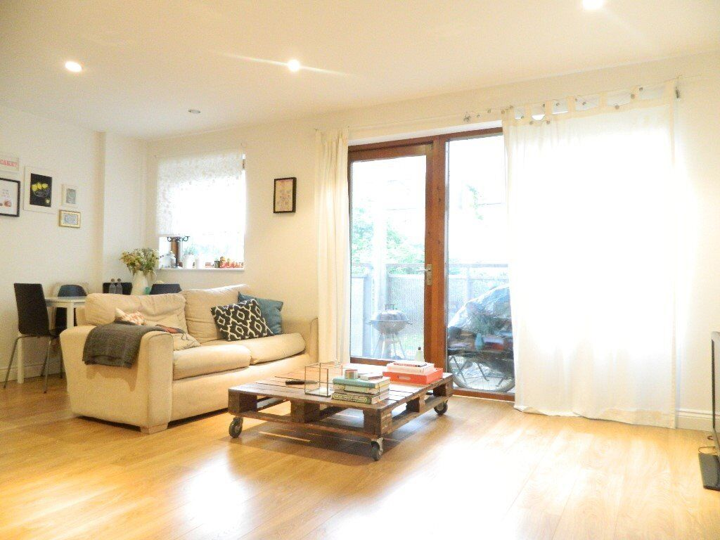 *Stunning 2 bed 2 bathroom apartment with a huge lounge located in the heart of E3*
