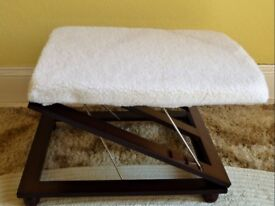 COOPERS ADJUSTABLE FOOTSTOOL 3 HEIGHT SETTINGS with WHITE FLEECE COVERING BRAND NEW (Unwanted Gift)