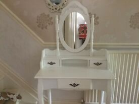 Dressing table in white with mirror
