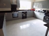 Studio Bedsit in Round Green Area, close to Town Centre and Train Station - Available Now - No DSS