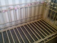 Beautiful Shabby Chic Metal Daybed in Cream Good Condition