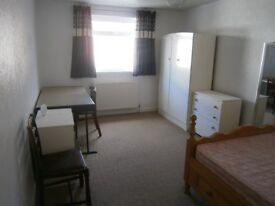 Large room to rent in student house