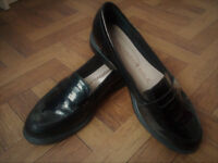 Size 6 patent loafers. Sensititve sole padding for extra comfort.