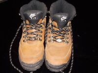 ladies nike hicking boots sz 6.5