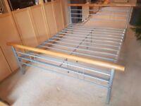 Kingsize metal and wood bedstead frame