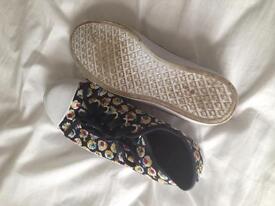 Tennis shoes - Size 5