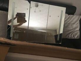BRAND NEW VIDAXL com MIRRORED 3 DOOR CABINET WITH LIGHTS