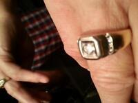 mans 10 cwt goldyellow and white centre diamond ,four on sides