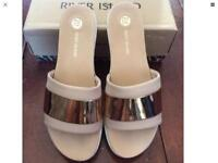 GORGEOUS RIVER ISLAND SLIDERS SIZE 6