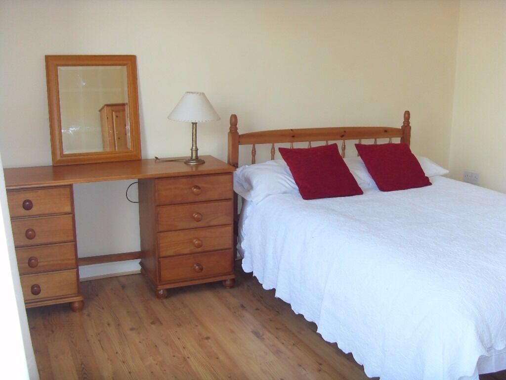 Spacious double room in great house beside Ormeau park and close to city centre.