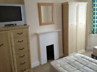 TWIN ROOM IN CLEAN AND MODERN HOUSE, 3 BATHROOMS, 4 MIN WALK TOTTENHAM HALE TUBE, ALL PROFESIONALS
