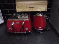 De'Longhi 4 Slot Toaster and matching kettle