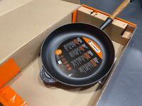 Le Creuset Signature Cast Iron Frying Pan with wooden handle, 28cm Matte Black