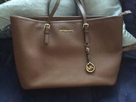 Michael Kors Jetset Travel Tote Large size