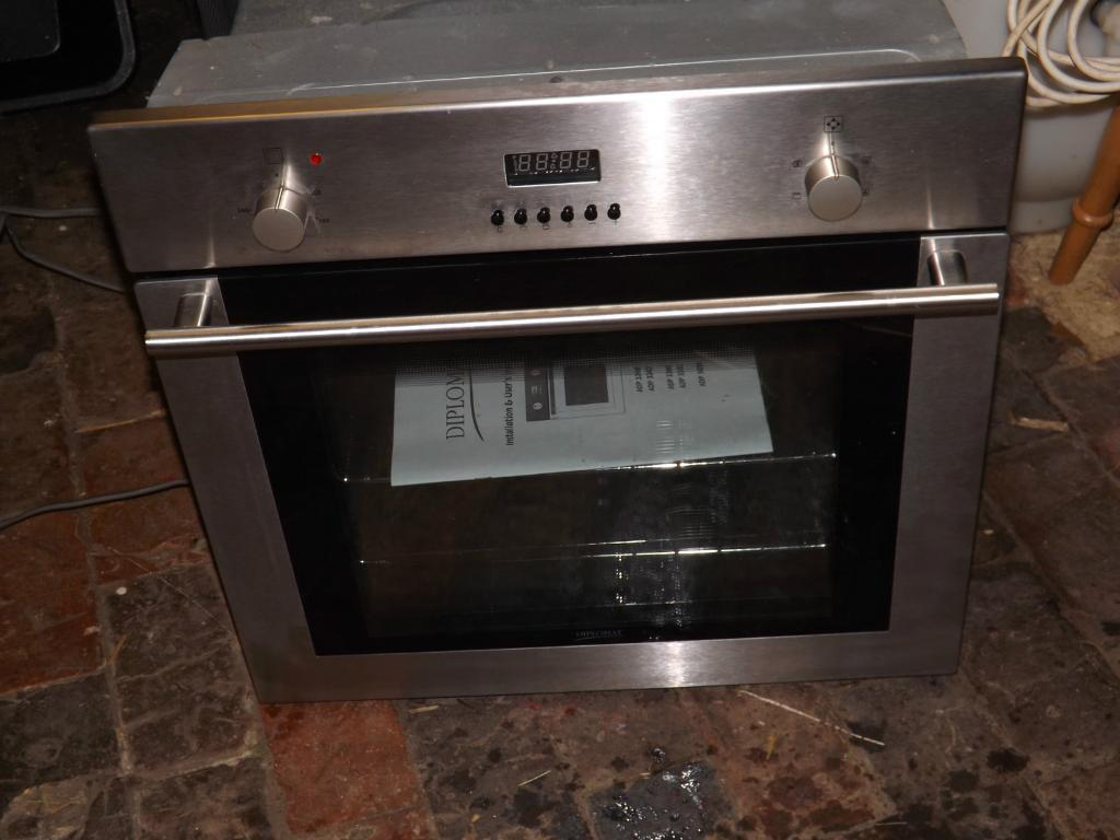 Diplomat    ADP 3300 Electric Fan assisted    oven     in great condition  fully functional with manual