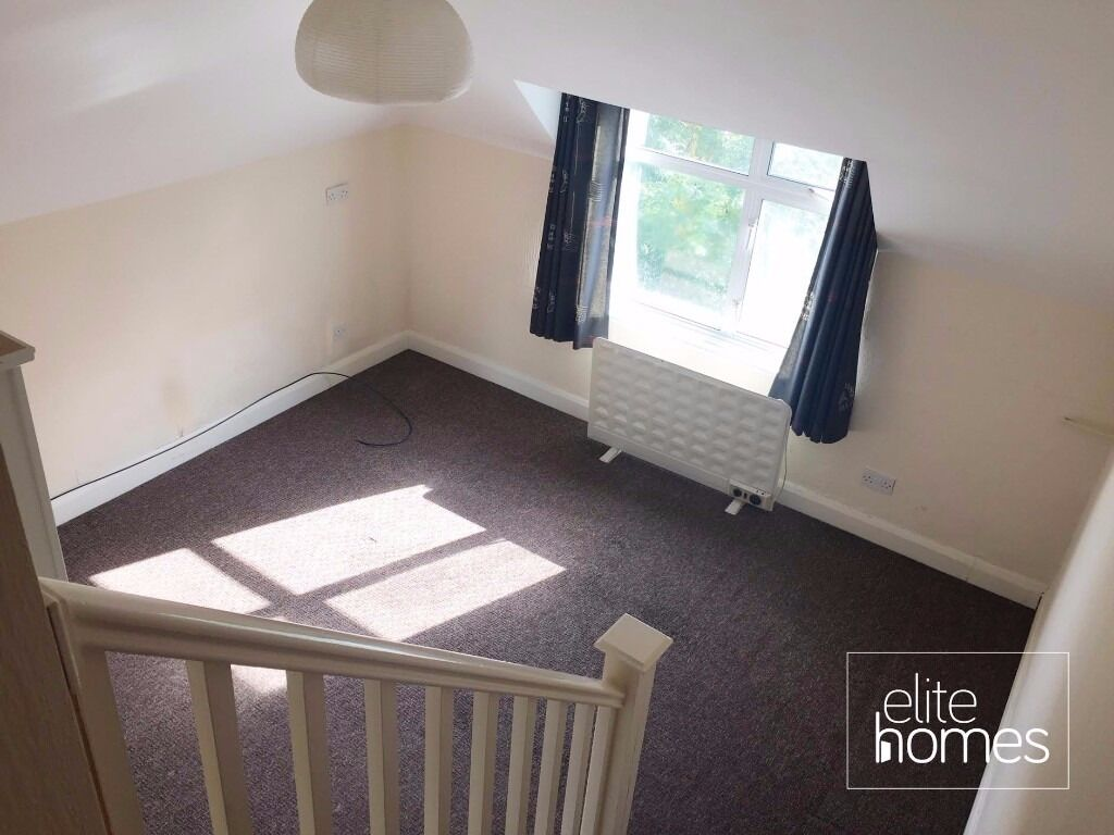 Great Location 1 Bedroom Top Floor Flat In Winchmore Hill, N21, Local to Station