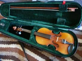 1/2 size violin outfit -excellent condition, plays very well. Lovely gift. Suit age 7-9 approx
