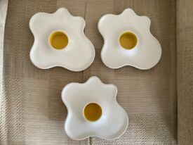 3 egg cups/plates