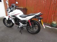 REDUCED HONDA CBF125 WHITE MOTORBIKE WITH HELMET ONLY DONE 1056 MILES