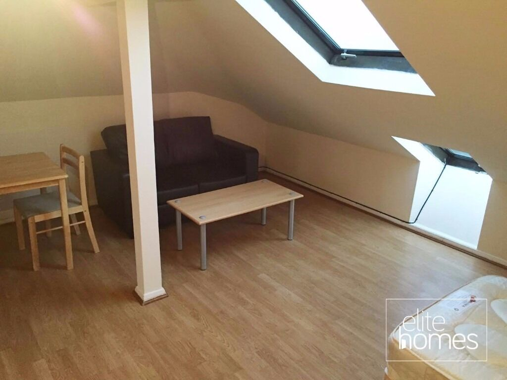 Top Floor Studio Flat In Palmers Green, N13, Local to Station, Separate Kitchen