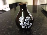 PRETTY WADE BLACK VASE WITH WHITE FLOWERS