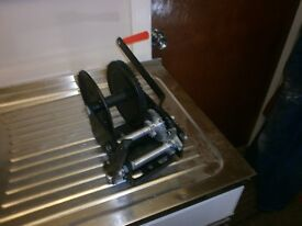 All purpose 2500 lbs capacity dual ratio manual winch with hand brake.