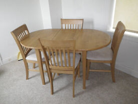 Extending dining table in rubber wood with 4 chairs