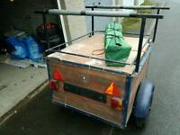 Trailer with lid and roof bars