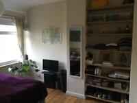 Double bed room in beautiful house near Hammersmith bridge