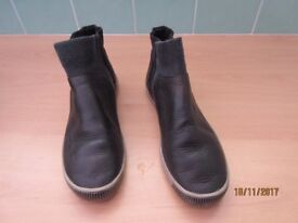 Women's Softinos size 6 Black leather ankle boots.