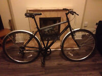 "Almost new 700c / 28"" hybrid bike with Shimano gear + Stand + OnGuard gold-secure large lock"