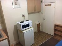 LARGE ROOM WITH INBUILT KITCHEN TO LET NEAR HOUNSLOW CENTRAL TUBE STATION