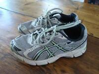 Asics Running Shoes Size 1.5 US / Souliers de course Asics