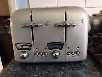 A 4-Slice DELONGHI Toaster