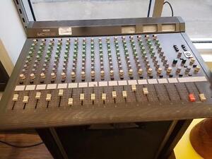 magnifique console de mixage de marque Yamaha, model mc 1602, en super bon etat pour seulement 299.99$!! (Z007465)