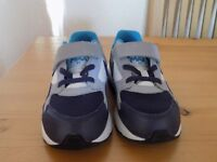 NIKE AIR MAX TRAINERS (SIZE 9.5 KIDS SIZE)