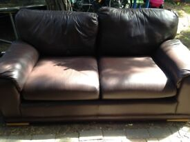 EXCELLENT QUALITY CHOCOLATE BROWN LEATHER TWO SEATER SOFA , GREAT PRE LOVED CONDITION FREE DELIVERY