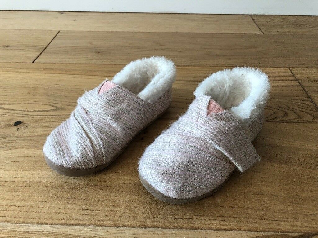 44229a02b92 TOMS pink size 9 girls slippers