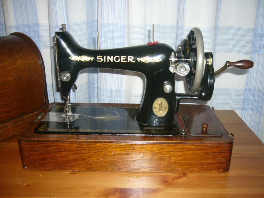Singer Manual Sewing Machine 1914 Antique with original wooden carry box