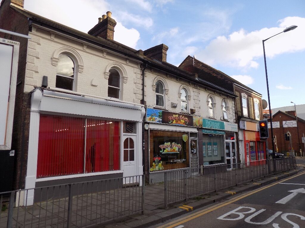REDUCED! Refurbished SHOP FOR SALE PLUS 2 BED FLAT in Luton Town Centre - 260000 Freehold