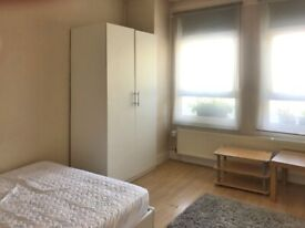 Lovely studio with a separate Kitchen in Winslow Road, Hammersmith, W6