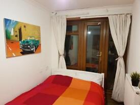 Double room in renovated flat near BIG stations 07706814372