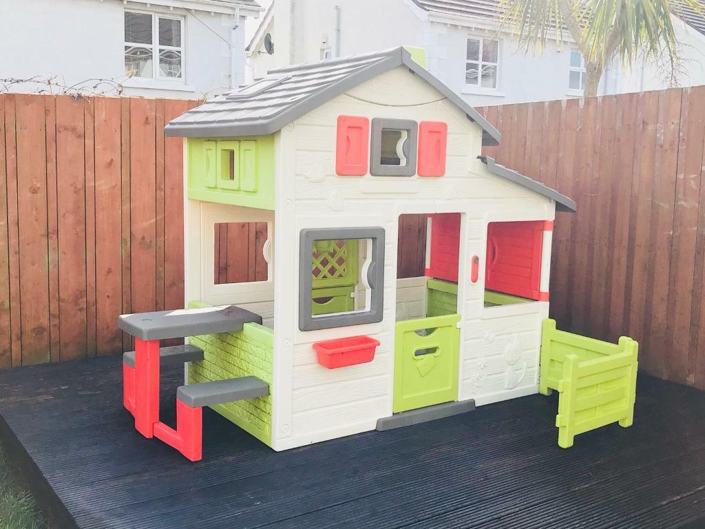 Smoby Friends Playhouse With Picnic Table