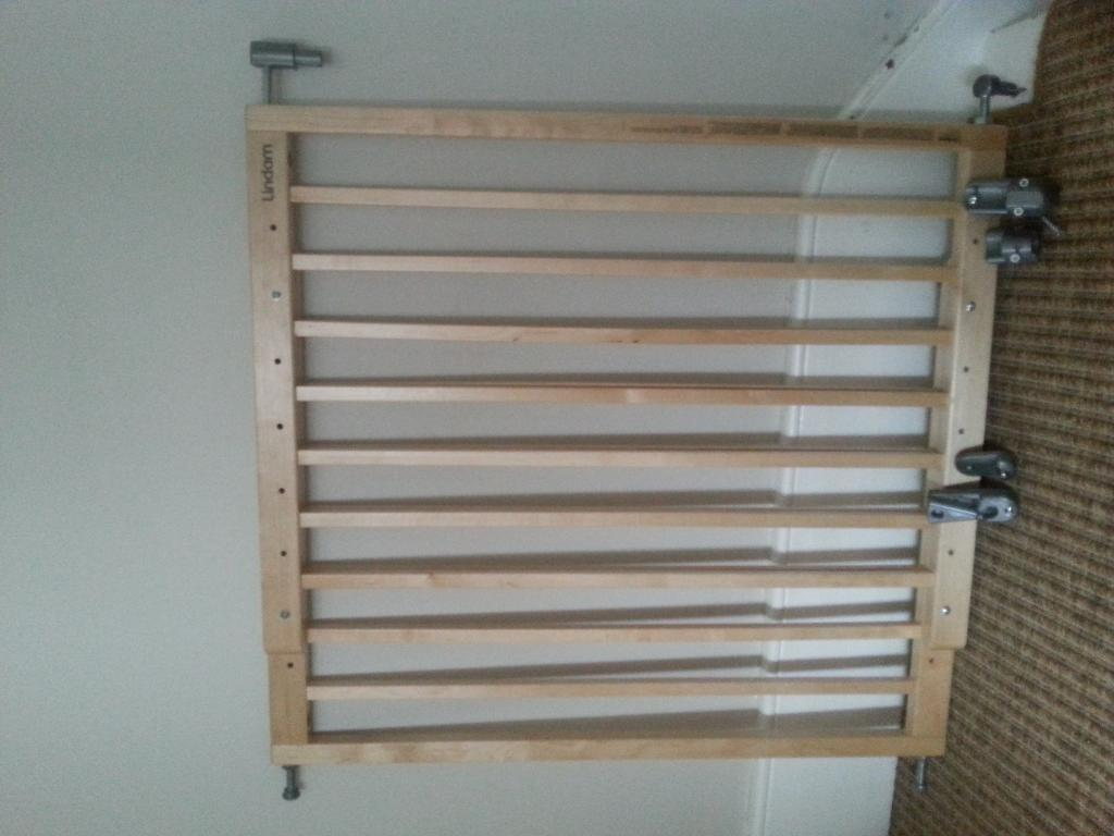 Lindam Extendable Wooden Stairgate With Fittings In