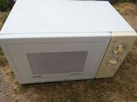 BUSH MICROWAVE OVEN, 700W, WHITE AND CREAM, FULL WORKING ORDER, CLEAN AND GOOD CONDITION,EASY TO USE
